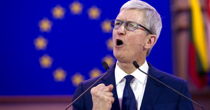 El director general de Apple, Tim Cook, interviene en una conferencia sobre protección de datos en el Parlamento Europeo, en Bruselas, el 24 de octubre de 2018. (AP Foto/Virginia Mayo)