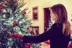 Melania Trump devela impresionante decorado navideño en la Casa Blanca (video)