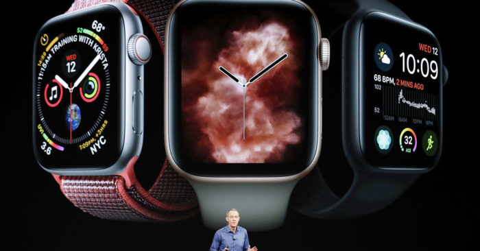 Jeff Williams, director de operaciones de Apple, mientras habla sobre el Apple Watch Series 4 en el teatro Steve Jobs. (AP Foto/Marcio Jose Sanchez, Archivo)
